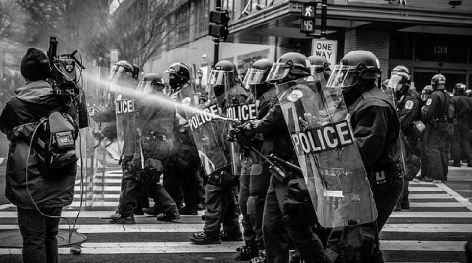 Il Tribunale di Piacenza ha ammesso la costituzione di parte civile del Comune in un processo che vede imputate più persone per resistenza a pubblico ufficiale e lesioni personali aggravate per fatti commessi durante un corteo di protesta nelle vie cittadine.