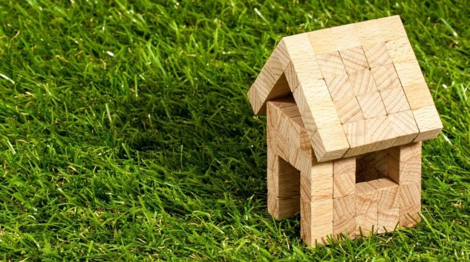 A chi spetta la proprietà di una costruzione realizzata dai coniugi in regime di comunione dei benisul terreno di proprietà esclusiva di uno di essi?