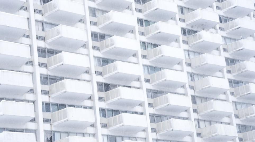 I balconi in condominio non sono beni comuni e le spese di rifacimento degli stessi non possono essere ripartite tra tutti i condomini.