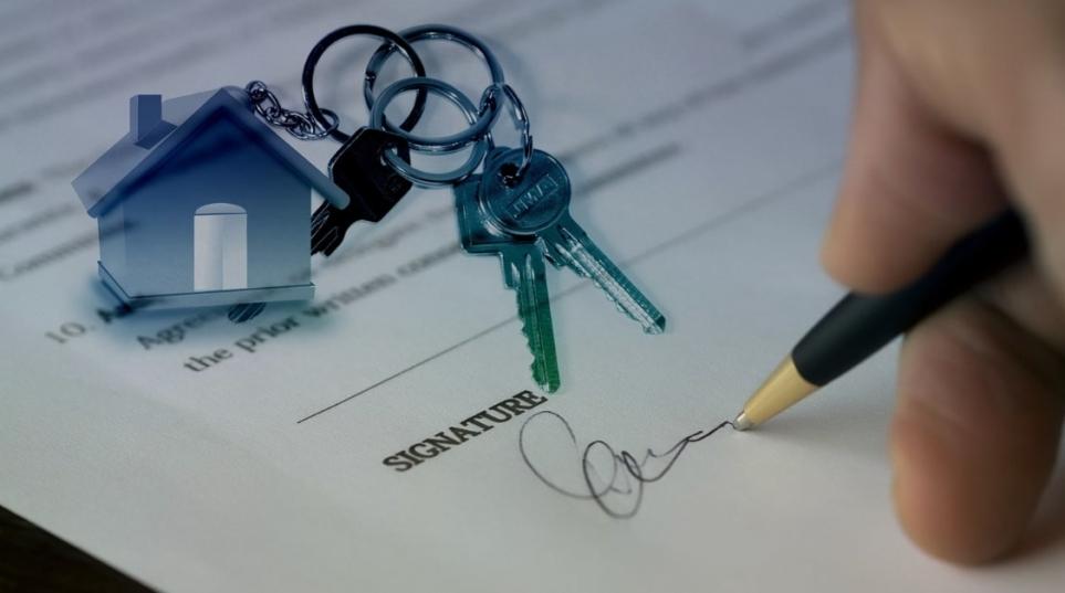 Vendita di immobili, il contratto è valido se vi è la dichiarazione degli estremi del titolo urbanistico a prescindere dalla difformità della costruzione
